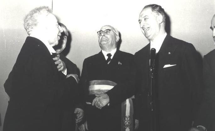 Arthur Rubinstein riceve la cittadinanza onoraria e le Chiavi d'Oro della città dell'Aquila dal Sindaco F.Trecco